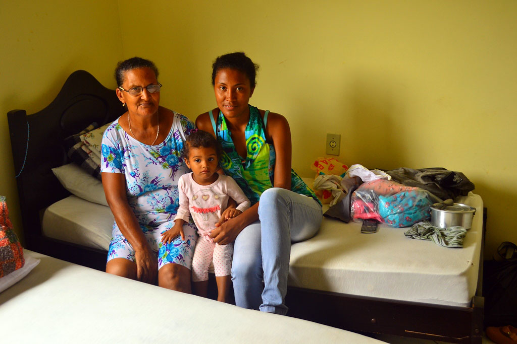Maria Imaculada, sua filha Clarice e a pequena Emily no quarto do Hotel Águas Claras (Elisa Estronioli/MAB)