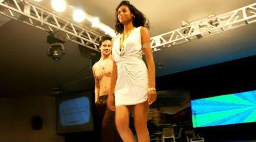 Em desfile para a marca Morana, modelo olha descaradamente a bunda de Stéphanie Ribeiro - Foto: Divulgação