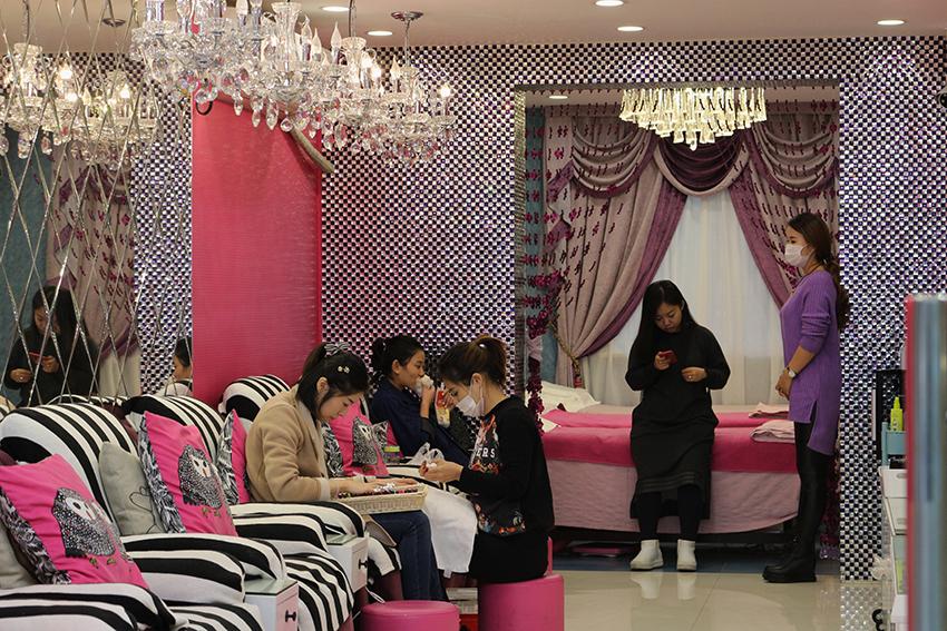 Salões de beleza também evidenciam a desigualdade social. Observe este, em Shangai...