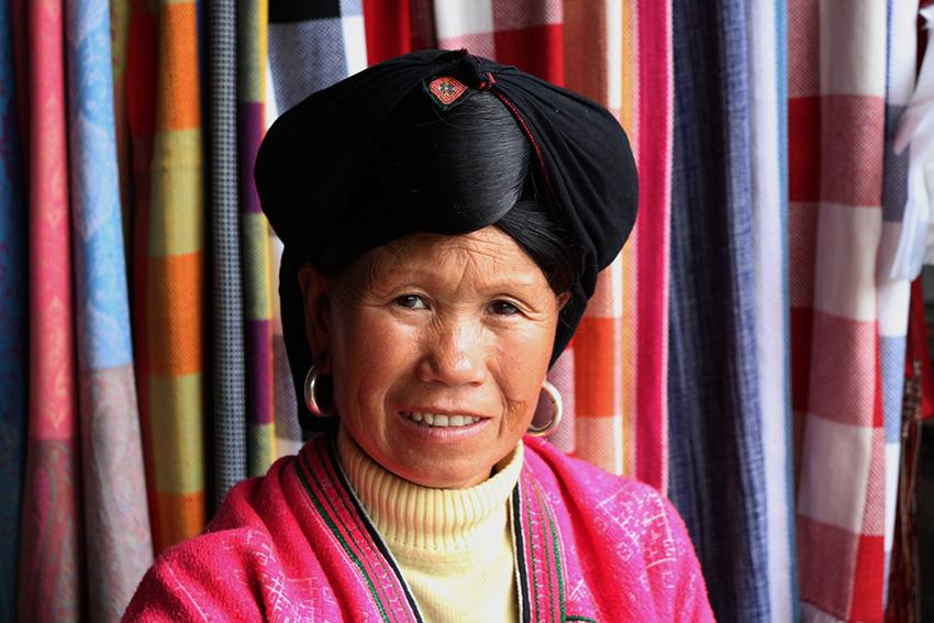 Minorias étnicas, como a senhora da foto, estavam livres da política do filho único.