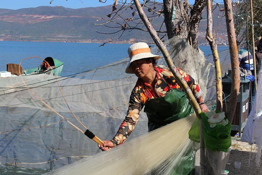 Na China, mulheres fazem trabalhos tipicamente masculinos no Ocidente, como pescar.