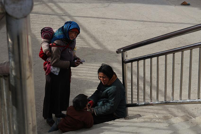 Enquanto isso, a desigualdade social é latente e algumas mulheres chegam a viver nas ruas com seus filhos, dependendo de esmolas.