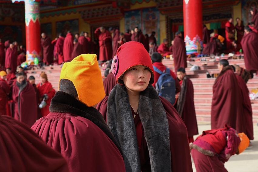 Há muitas mulheres na parte tibetana da China que se dedicam a serem monjas. Homens e mulheres podem assumir posições religiosas por lá.