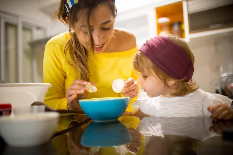 Andressa e a filhinha Manuela cozinham juntas