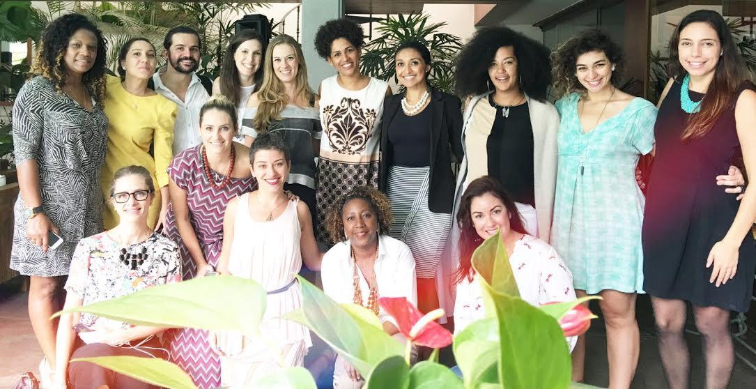 O time de embaixadoras o Plano de Menina. No centro, Viviane Duarte (de terninho preto) e a consulesa da França Alexandra Loras (ao seu lado, de vestido estampado)