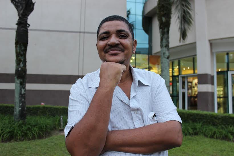 O funcionário público paulista Jean Rodrigues da Silva, 53, se sentia tão constrangido de ir ao banheiro que largou a escola. Foto: Helena Bertho