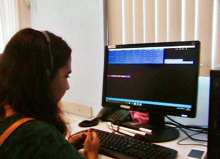 #PraCegoVer: Ao lado esquerdo, vemos os contornos do rosto de uma moça. Ela está diante do computador, utilizando um programa. Foto: Lorena de Paula