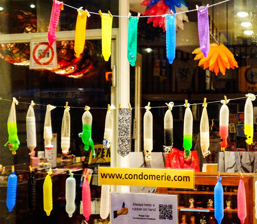 Loja em Amsterdan trata o preservativo de maneira lúdica e divertida, uma forma de mudar o imaginário de doença e prova de fidelidade que cerca a camisinha.