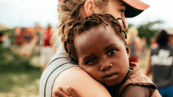 Brancas com descendência negra: mães adotivas aprendem a lidar com racismo - AzMina