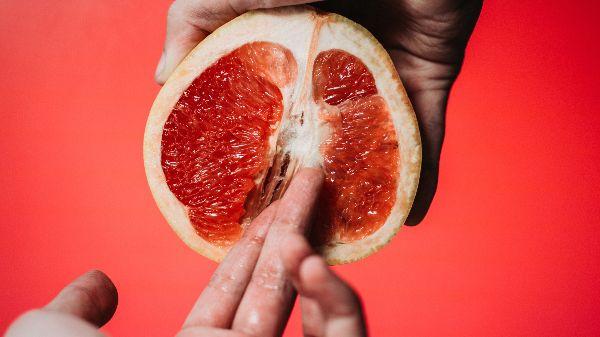 Masturbação: imagem de uma fruta que remete ao ato de se masturbar